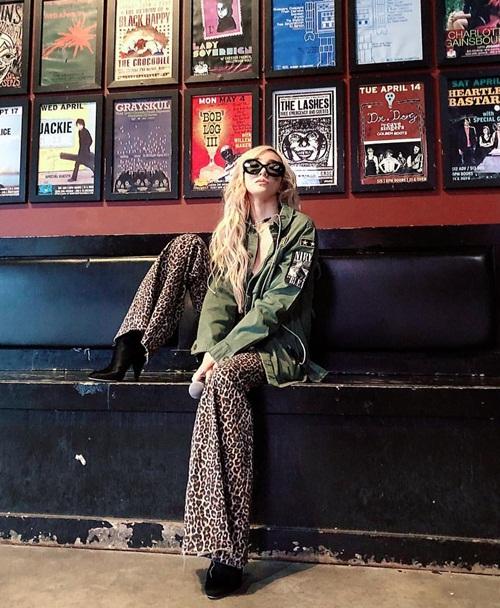 Tiffany khoe cá tính với quần họa tiết da báo, dáng ngồi gác chân men lỳ.