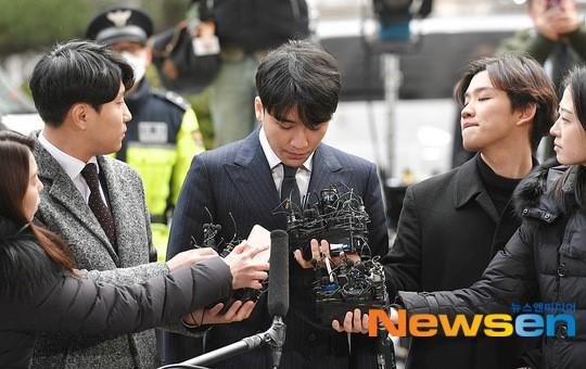 Nam ca sĩ liên tục cúi đầu xin lỗi trước loạt câu hỏi của phóng viên. Công ty YG đã chính thức kết thúc hợp đồng độc quyền với Seung Ri và em út Big Bang cũng quyết định rút lui của giới giải trí sau loạt scandal.