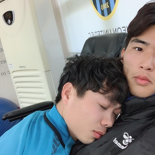Công Phượng chụp ảnh theo phong cách tình trai với thủ môn Kim Dong-heon của CLB Incheon United. Khoảnh khắc dựa đầu vào ngực nhau ngọt ngào thế này khiến Phượng Núi bị fan tra hỏi nhiệt tình về mối quan hệ. Chưa kể việc da trắng, môi hồng, đôi mắt mơ màng trong bức ảnh cũng là đề tài khiến fan tha hồ mà bình luận.