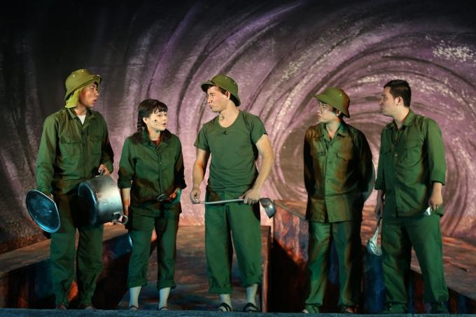"""<p> Vở kịch """"Bão tố Trường Sơn"""" được hơn 40 diễn viên của Nhà hát kịch Việt Nam biểu diễn trong vòng gần 2 giờ.</p>"""