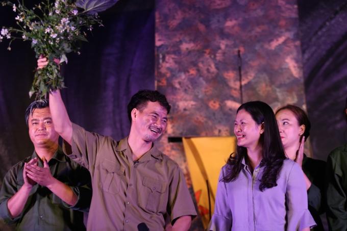 <p> Cuối chương trình, người dân trong bản nán lại chụp hình và tặng các nghệ sĩ bó hoa dại hái ở ven đường.</p>