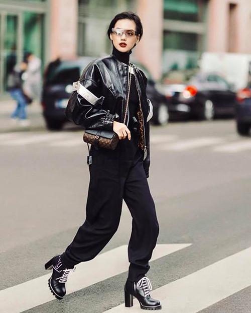 Khánh Linh chất lừ sải bước giữa đường phố Paris.
