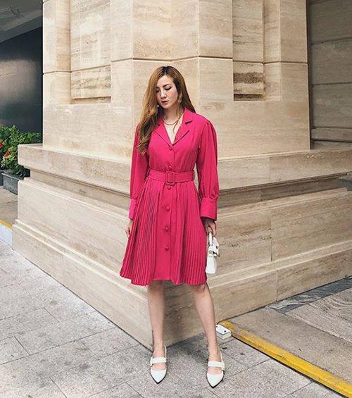 Váy hồng xếp ly mang đến cho Yến Nhi diện mạo điệu đà hơn hẳn thường lệ.
