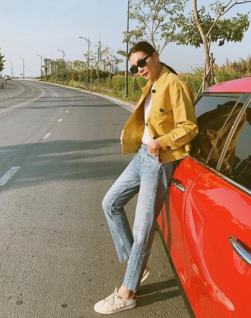 Thanh Hằng cool ngầu với áo khoác khaki và giày thể thao hàng hiệu.