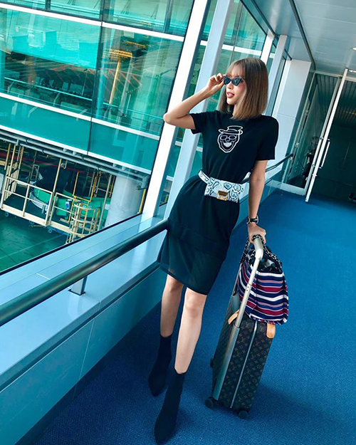 Khả Trang mặc đơn giản nhưng cũng rất sành điệu khi ra sân bay.