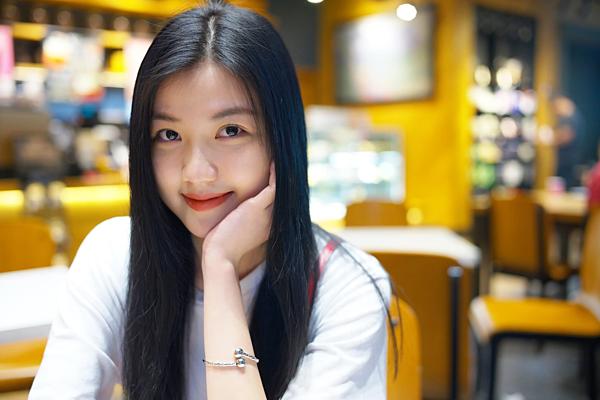 Lương Thanh được đồng nghiệp nhận xét là cô gái hiền lành, dễ thương ở ngoài đời. Hiện tại, cô vẫn ở nhà thuê, đi làm bằng xe đoàn.