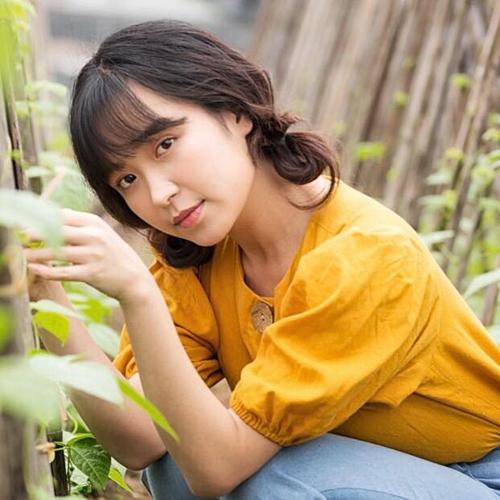 Kim Oanh sinh năm 1993, từng tốt nghiệp ĐH Sân khấu Điện ảnh. Lập nghiệp tại Thủ đô, Kim Oanh được bố mẹ mua cho căn hộ 3 tỷ đồng. Cô cũng bỏ gần 300 triệu để làm nội thất.