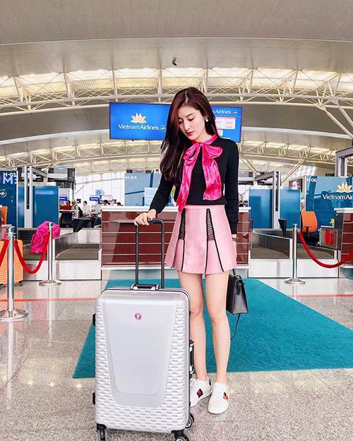Huyền My diện cả cây đồ hồng điệu đà như đi tiệc để ra sân bay.