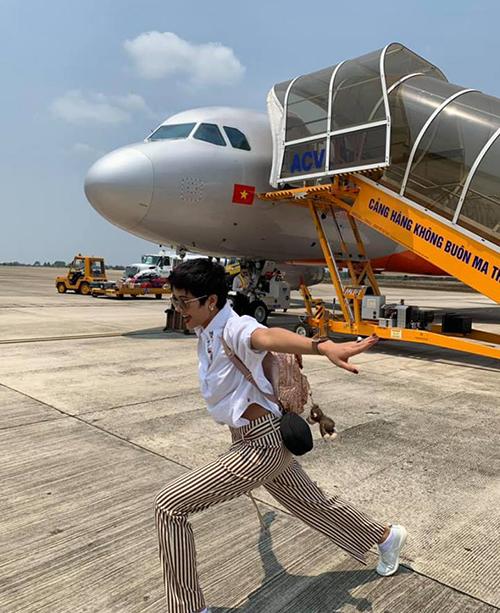 HHen Niê khiến fan thích thú với hình ảnh tạo dáng nhắng nhít ở sân bay.