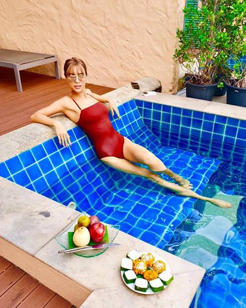 Chân dài Khả Trang khoe vẻ sexy trong bể bơi.