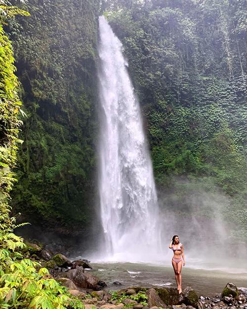 Phương Trinh Jolie bé nhỏ bên thác nước hùng vĩ ở Bali.