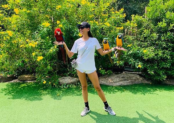Võ Hoàng Yến đi chơi vườn thú.