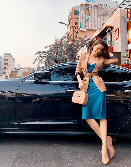 Hồ Ngọc Hà chụp street style sang chảnh tôn lên vòng eo con kiến.
