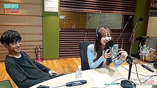 Jung Joon Young từng có thời gian dài là DJ của một kênh radio. Anh chàng nhiều lần tiếp túc với các idol nữ, tân binh khi họ đến làm khách mời.