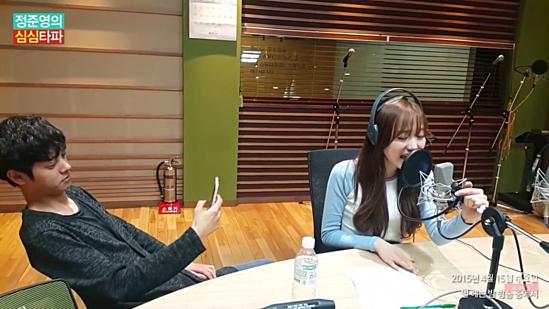 Khi làm việc với Kei (Lovelyz), Joon Young thể hiện thói quen chụp lén đáng sợ ngay trước ống kính. Dường như anh chàng quen tay trong việc lén chụp ảnh, ghi hình phụ nữ khi có cơ hội tiếp xúc. Không ít ý kiến cho rằng Jung Joon Young có thể chia sẻ hình ảnh của Kei lên group chat riêng để bình luận.