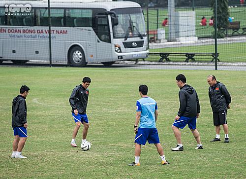 Thầy Park và các trợ lý chuẩn bị trò chơi