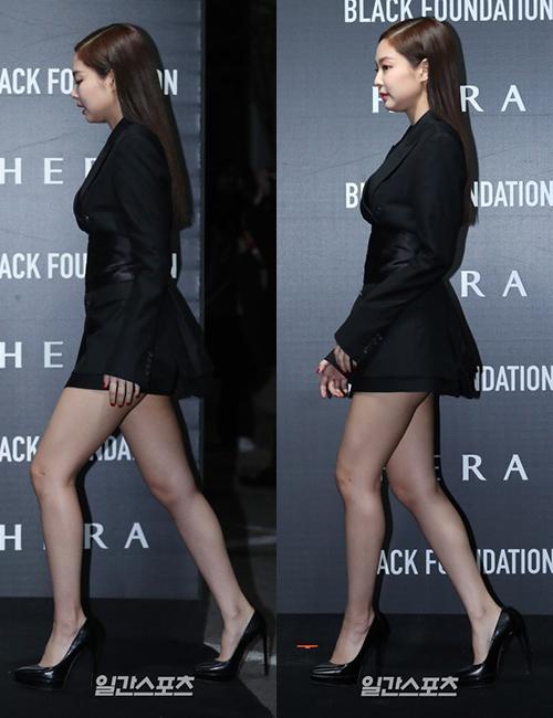 Tham dự sự kiện mới đây, Jennie trung thành với phong cách gợi cảm. Cô nàng diện chiếc váy cổ vest siêu ngắn, gây nên cảm giác không thoải mái khi bước đi. Nữ idol không thể sải bước bình thường mà phải liên tục dùng tay để che chắn. Có khoảnh khắc cô nàng còn suýt lộ vòng ba.