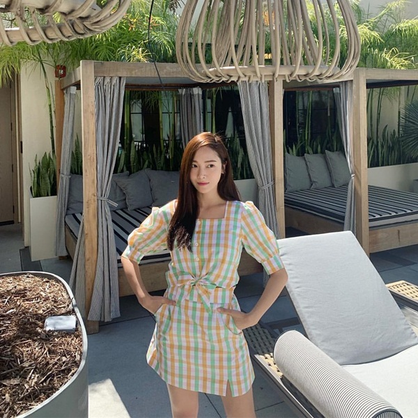 Jessica đẹp nhẹ nhàng, nữ tính trong chiếc đầm kẻ caro