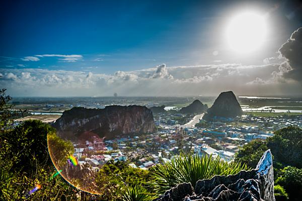 Quang cảnh từ dãy núi Ngũ Hành ở Đà Nẵng. Ảnh của Shutterstock / Romas_Photo.