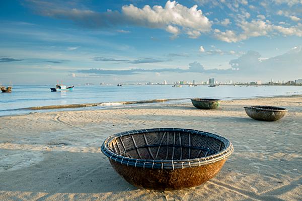 Thuyền thúng địa phương ở bãi biển Non Nước của Đà Nẵng. Ảnh của Shutterstock / worradirek