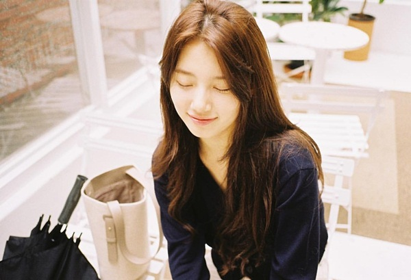 Suzy xứng danh mỹ nữ có mặt mộc đẹp hàng đầu Kpop. Cô nàng thích để diện mạo tự nhiên trong đời thường, hoặc chỉ tô son dưỡng nhẹ nhàng.