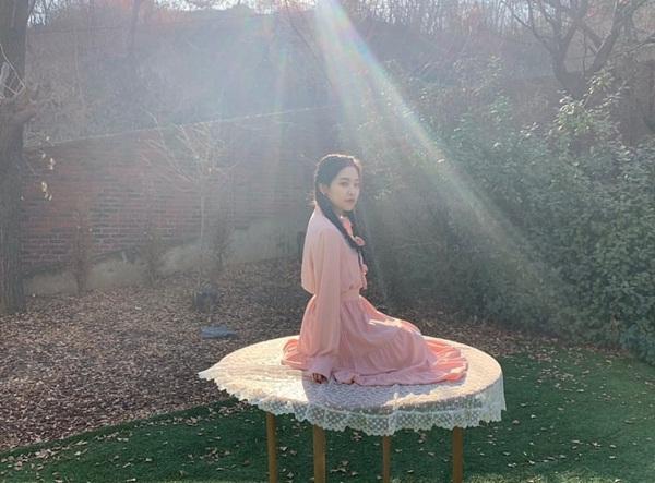 Yeri chia sẻ ảnh hậu trường MV solo đầu tay Dear Diary đánh dấu tuổi 20 do chính cô nàng soạn nhạc và viết lời.