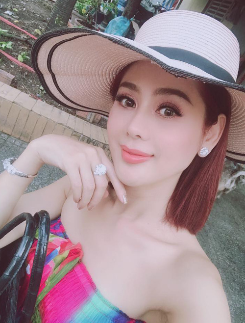 Lâm Khánh Chi diện cả bộ trang sức kim cương đắt đỏ ra phố.