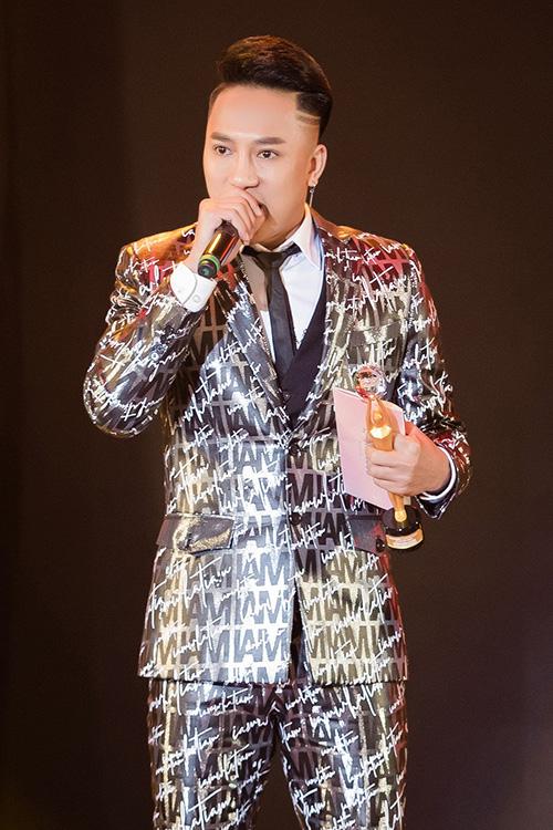 Châu Khải Phong nhận giải Bài hát hiện tượng với ca khúc hit Ngắm hoa lệ rơi. Với hơn 166 triệu lượt xem trên Youtube và 276 triệu lượt nghe trên các trang trực tuyến, sáng tác của Duy Cường giúp Châu Khải Phong nhận vinh dự lớn sau 10 năm ca hát.
