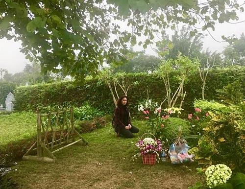 Vợ cố nhạc sĩ Trần Lập bên mộ chồng.