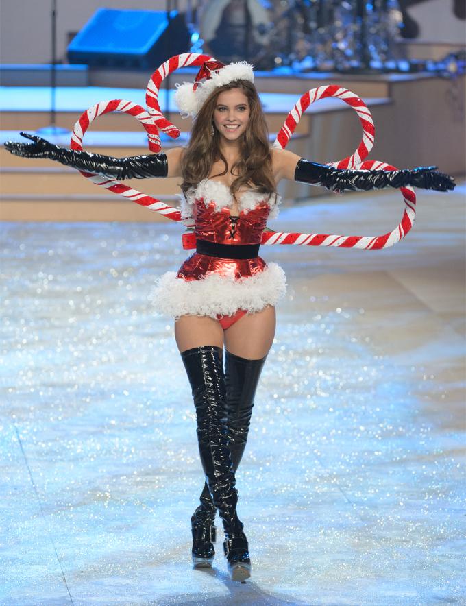 <p> Lần xuất hiện đầu tiên của Barbara ở Victoria's Secret show là hồi năm 2012. Từ lúc đó chân dài Hungary đã có lượng người hâm mộ không nhỏ.</p>