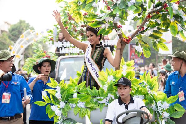 HHen Niê diễu hành trong Lễ hội cà phê.