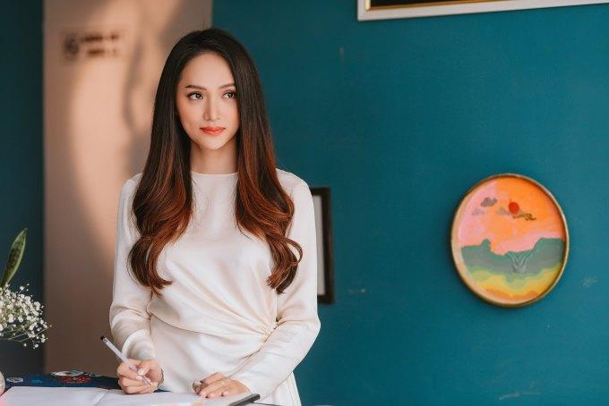 <p> Bộ váy giá gần 2 triệu đồng với thiết kế dài tay, nhún ở phần eo mang đến cho Hương Giang vẻ ngoài tinh khôi, nhẹ nhàng.</p>