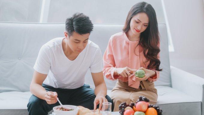 <p> Trong MV, Hương Giang xây dựng phong cách thanh lịch kiểu công sở với những tông màu nhã nhặn. Cô chủ yếu chọn những thiết kế đến từ các thương hiệu trong nước, có giá từ 1-2 triệu đồng.</p>