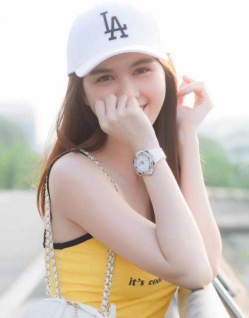 Ngọc Trinh còn có nhiều mẫu đồng hồ dáng thể thao của Hublot để phối cùng trang phục khỏe khoắn. Chiếc màu trắng này có giá 360 triệu đồng.