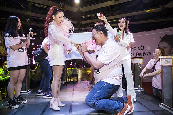 Khả Như xúc động khi các fan tổ chức sinh nhật, thổi nến cùng mình.