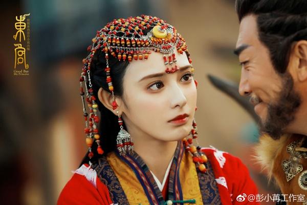Không có mấy kinh nghiệm diễn xuất, vai Tiểu Phong trong Đông Cung khiến  Bành Tiểu Nhiễm bị chê bai không ít vì luôn trợn mắt, mặt vô cảm. Tuy  vậy, nhan sắc xinh đẹp vẫn giúp cô thu hút lượng fan lớn.
