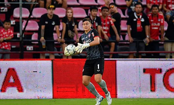 Văn Lâm tiếp tục gánh team giúp Muangthong United chiến thắng
