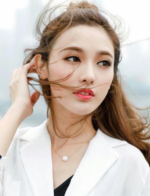 Hiện Đông Cung vẫn đang được phát sóng trên mạng Trung Quốc.  Bành Tiểu Nhiễm thường xuyên là cái tên hot trên top tìm kiếm của Weibo.  Nhiều khán giả đang chờ đợi các dự án tiếp theo của nữ diễn viên. Nhưng  do Phạm Băng Băng bị rớt đài vì scandal trốn thuế,  Bành Tiểu Nhiễm đã thành lập studio riêng. Tuy có thể không đạt được sự  đầu tư tốt như trước, nữ diễn viên vẫn có tương lai phát triển không  tệ.