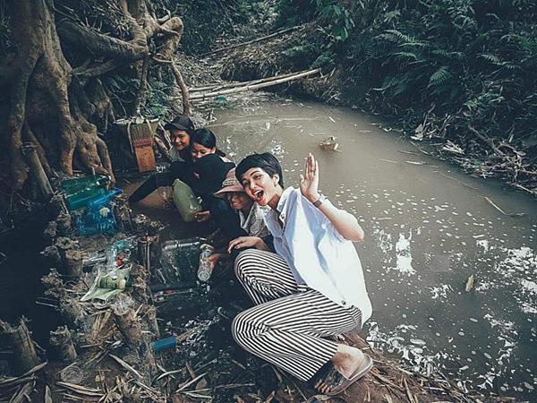 Về thăm nhà, HHen Niê cùng dân làng lên kế hoạch thực hiện dự án nước sạch. Cô mong dự án sẽ sớm được triển khai để buôn làng của mình có nước sạch để sinh hoạt.