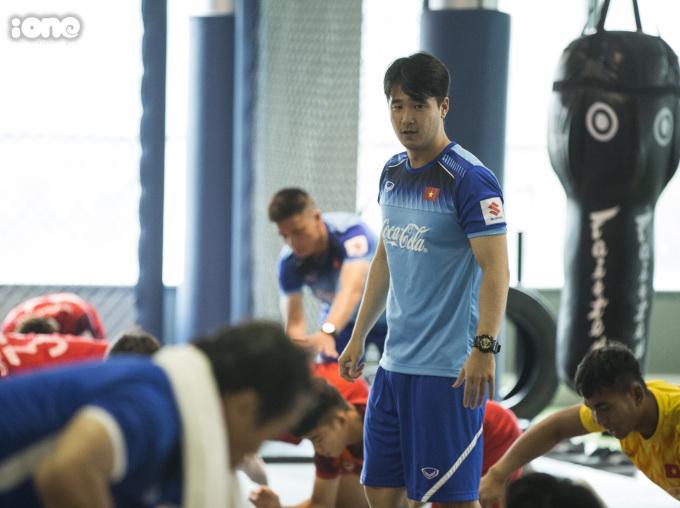 <p> HLV thể lực Park Sung Gyun trực tiếp hướng dẫn các bài tập thể lực cho các cầu thủ.</p>