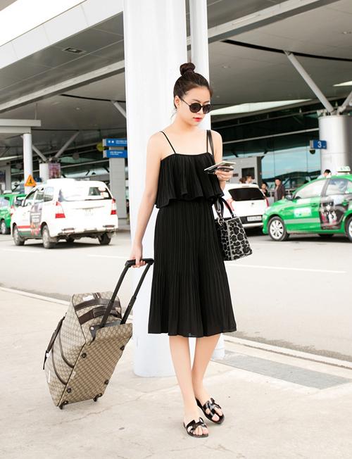 Chú trọng phong cách thoải mái, gọn gàng, Hoàng Thùy Linh thường không mix cầu kỳ khi ra phố.
