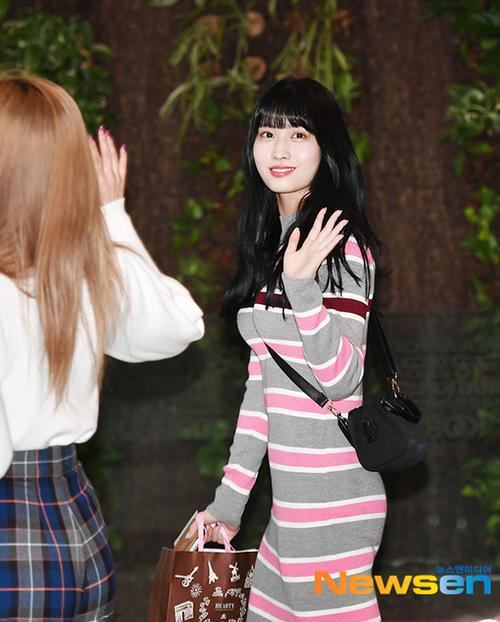 Ngày 18/3, Twice lên đường sang Nhật Bản thực hiện lịch trình. Momo mặc một chiếc váy suông nhưng vẫn khoe được ba vòng gợi cảm, cuốn hút. Idol người Nhật có hình thể đẹp nhất trong Twice nhờ chăm tập thể thao.