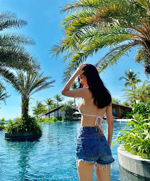 Jun Vũ diện bikini không biết chán để khoe vóc dáng nóng bỏng hậu nâng cấp vòng một.