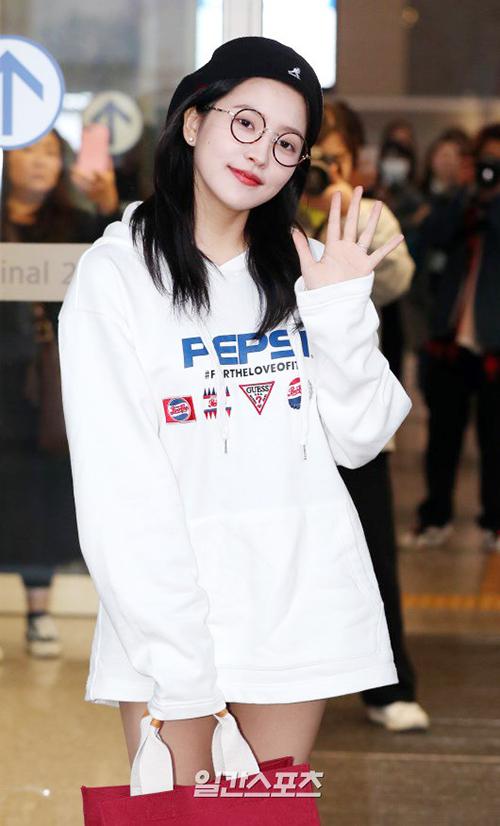 Yeri lên đường đến Hawaii chụp ảnh tạp chí. Em út của Red Velvet trang điểm nhẹ nhàng, nổi bật với tông sơn đỏ. Nữ ca sĩ sinh năm 1999 sexy với mốt giấu quần.