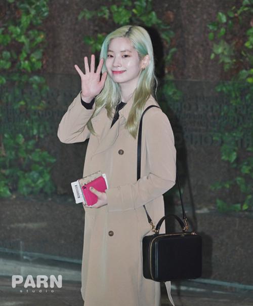 Nước da của Da Hyun phát sáng dù không cần phần mềm chỉnh sửa. Màu tóc bạc hà của nữ ca sĩ trở thành đề tài hot trên các diễn đàn Kpop. Da Hyun luôn là thành viên nhuộm màu tóc nổi mỗi kỳ comeback.