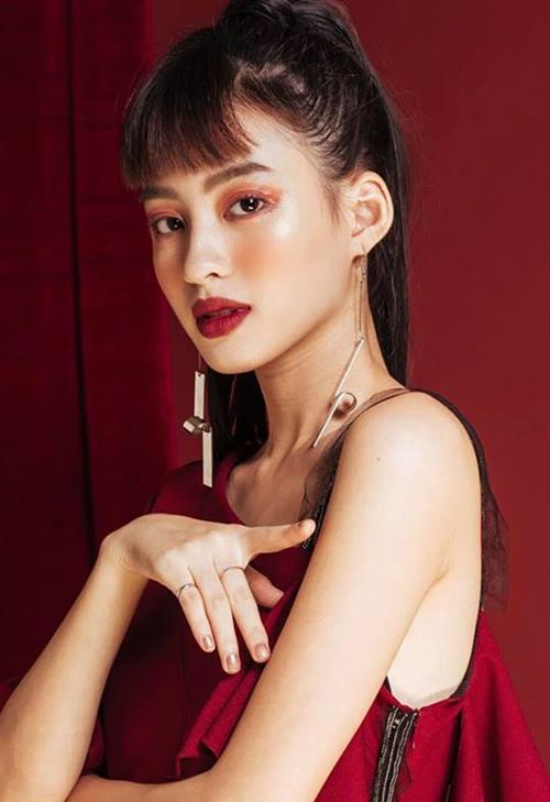 Dương Minh Ngọc là gương mặt quen thuộc trong giới hot girl, người mẫu lookbook Sài thành. Cô nàng sinh năm 1996, thừa hưởng dòng máu Pháp từ ông ngoại. Sinh ra ở Hà Nội nhưng Minh Ngọc chuyển vào sống và làm việc ở TP HCM từ lâu. Với vẻ đẹp cá tính, cô nàng thường được gọi với nickname là Ngọc lai.