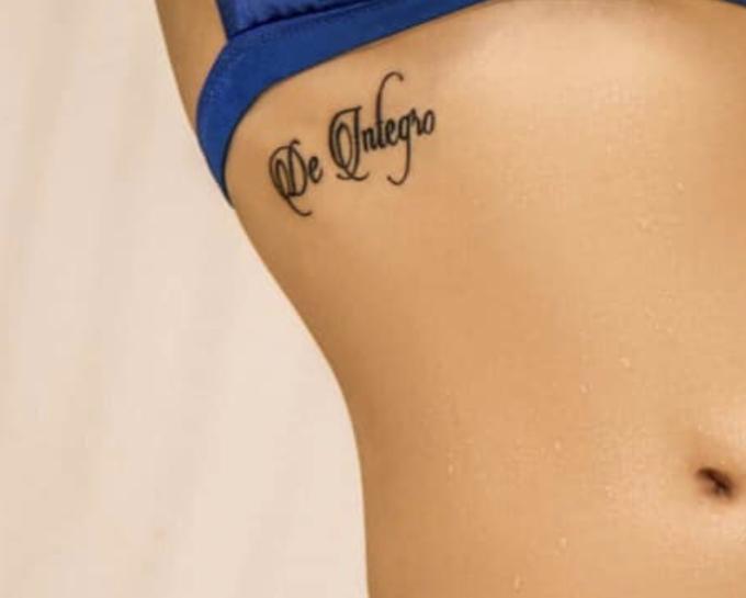 """<p> Hương Tràm còn để lộ hình xăm với dòng chữ Latin """"De Integro"""" ở gần ngực. Cụm từ này được cô giải thích có nghĩa """"Again from the start"""" (tạm dịch: Lại một sự khởi đầu mới).</p>"""