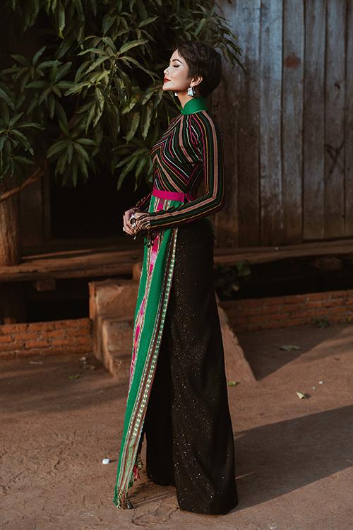 HHen Niê đẹp khác biệt với áo dài thổ cẩm đậm chất Ê-đê - 2