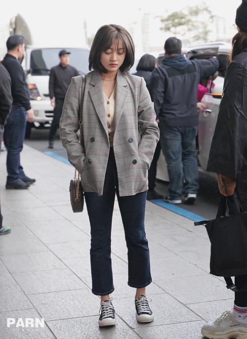 Áo vest kẻ xám là item hot trong tủ đồ sao Hàn khi ra sân bay. Ji Hyo kết hợp quần jean lửng, giày thể thao năng động.