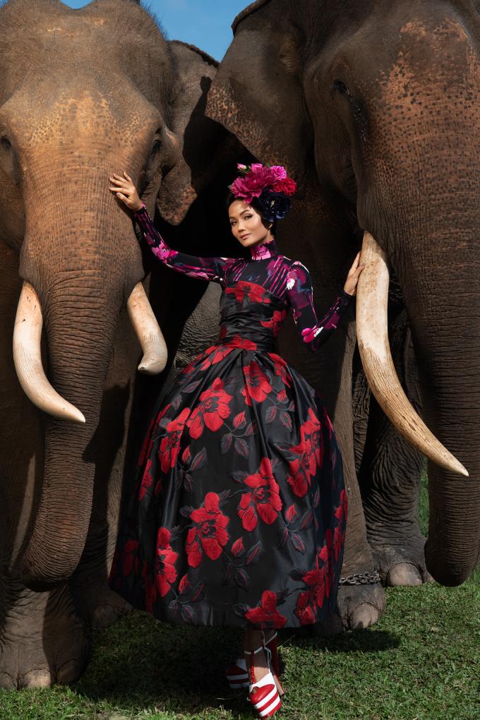<p> Giữa khung cảnh thiên nhiên hùng vĩ của đất trời Tây Nguyên cùng chất thơ mộng của dải đất đỏ bazan, H'Hen Niê khoác lên mình những bộ trang phục với gam màu rực rỡ của NTK Đỗ Mạnh Cường.</p>